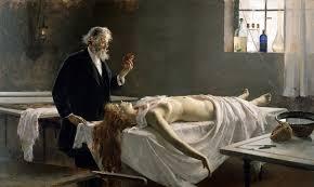 donna su tavolo mortuario